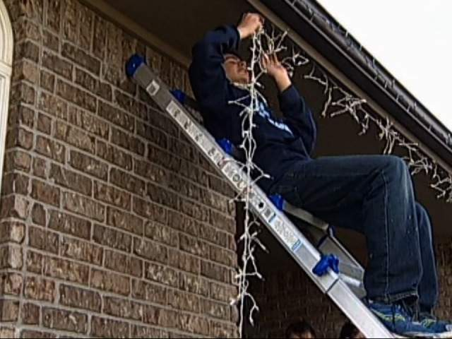 CNN/KWCH WEB READY: KANSAS TEEN GOES ALL OUT WITH CHRISTMAS LIGHTS