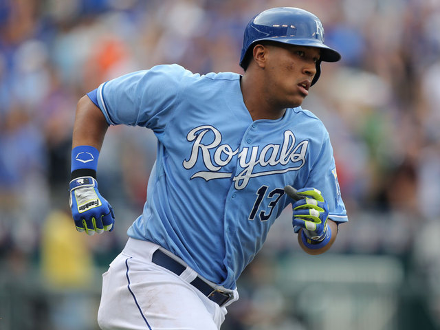 Kansas City Royals' Salvador Perez sprains knee ligament carrying luggage